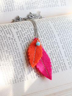 Gime me idea to make felt leaf necklace Felt Necklace, Fabric Necklace, Kids Necklace, Fuzzy Felt, Wool Felt, Felt Diy, Felt Crafts, Felt Bookmark, Diy Bookmarks