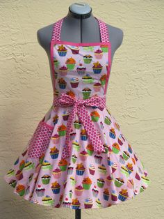 Sweet Treats Cupcakes! This neckline features a beautiful deep pink bias tape all around for a different look. Cupcakes on Pink apron features