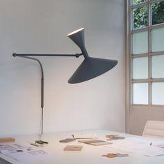LAMPE DE MARSEILLE Progettata da Le Corbusier per l'appartamento di Marsiglia nel 1949/52, è una lampada da parete con due snodi sul braccio e attacco a parete che permette la rotazione. E' realizzata in alluminio con diffusore tornito in lastra. Disponibile in due versioni, con il corpo verniciato grigio opaco o bianco calce e con l'interno dei diffusori bianco. Emissione diretta ed indiretta. L'interruttore è sul cavo di alimentazione fornito di spina, con doppia accensione per una luce…