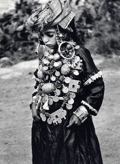 Jewish bride ca. She looks like such a sad little girl. Ethnic Jewelry, Ethno Style, Black White, Folk Costume, Tribal Costume, World Cultures, North Africa, Portraits, People Around The World