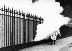 Robert Doisneau ( La Musique) - Maurice Baquet - La passerelle à vapeur, Paris 1957