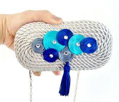 Bolsos de fiesta - clutch. Encuentra tu bolso de fiesta y complementa tu look. Diy Clutch, Clutch Bag, Small Handbags, Purses And Handbags, Creative Knitting, Yarn Bag, Bridal Clutch, Diy Hat, Sewing Leather