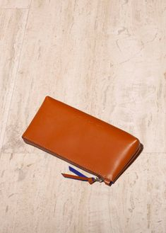 Are you looking for a designer leather handbag? Click through to check out the Cosmetic Pouch, handmade in Italy with smooth Tan Leather Handbags, Italian Leather Handbags, Tan Handbags, Designer Leather Handbags, Leather Case, Calf Leather, Makeup Essentials, Cosmetic Pouch, Classic Italian