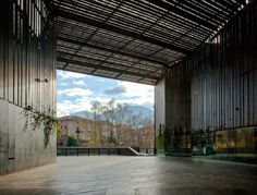 """La Lira Theater Public Open Space"" in Ripoll, 2011. (Foto: Hisao Suzuki)"
