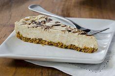 Une croûte de chapelure de biscuits graham parfumée aux arachides et surmontée d'une garniture au beurre d'arachide crémeux et au fromage à la crème, avec un filet de chocolat comme touche finale… Fraîche, crémeuse et sans cuisson, cette tarte– notre dessert le plus populaire!– séduira tous les palais!