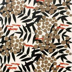 Kaunis vahakangas Surt sa räven tulee ruotsalaiselta Almedahlsilta. Tämän klassikkokuosin suunnitteli Kerstin Boulogner jo 1970-luvulla. Inspiraationsa suunnittelija sai Aisopoksen tunnetusta sadusta Kettu ja pihlajanmarjat. Vahakangas suojaa pöydän tehokkaasti ja kauniisti.