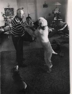 Pablo Picasso dances with his Afghan Hound, with Lump, his Dachshund and Jacqueline, his wife, looking on Pablo Picasso, Picasso Art, Poodles, Picasso Dachshund, Picasso Pictures, Happy Birthday Dog, Afghan Hound, Vintage Dog, Hound Dog