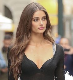 Taylor Hill is model from America. She's a Victoria's Secret Angel since Hill was a gymnast, before becoming a model and she has three siblings. Taylor Marie Hill, Taylor Hill Hair, Taylor Hill Style, Brown Blonde Hair, Brunette Hair, Pretty Brunette, Brunette Models, Beautiful Models, Beautiful Celebrities