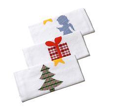 Drei weiße Geschirrtücher aus Mühlviertler Zwlich, mit weihnachtlichen Motiven verziert – jetzt bei Servus am Marktplatz kaufen!