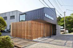 """白砂孝洋建築設計事務所が手掛けた""""入間の家""""は「大きな木の下で生活するような、プリミティブな快適性を目指した環境住宅」だ…"""