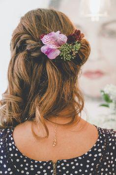 Para la boda de su amiga en el campo, Maika opto por un vestido de estilo bohemio, así que  las estilistas de la Niña de los Peines se decidieron por recomendarle un semirecogido con un detalle de flores naturales que estuviera acorde con el evento y el sitio escogido por los novios.