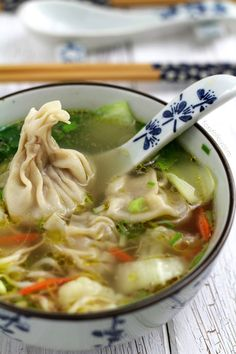 Wonton Soup Easy Recipe: Try this wonton soup easy recipe. Classic Chinese dumplings filled with minced pork and shrimps and soup loaded with vegetables to keep you fit and warm! I love wontons, either fried or steamed and wonton soup is my soup of Wonton Recipes, Soup Recipes, Cooking Recipes, Soup Appetizers, Appetizer Recipes, Asian Recipes, Healthy Recipes, Asian Desserts, Vegetarian