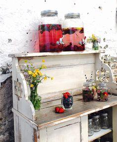 Yummy, frische Beeren in kaltem Wasser. An unserer Wasserbar können sich die Gäste ganz einfach selbst bedienen und erfrischen