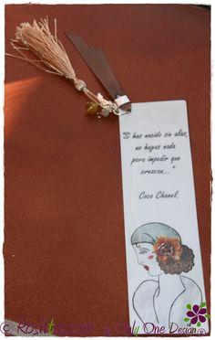 Marca páginas laminado, decorado con abalorios.