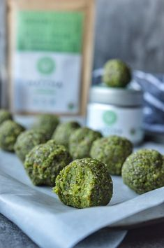 Energy balls with matcha and oats