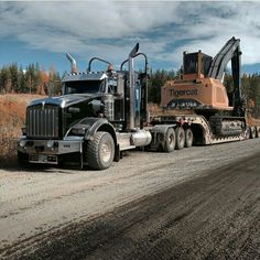 Semitrckn — Kenworth custom heavy haul with a tigercat on. Big Rig Trucks, Heavy Duty Trucks, Mack Trucks, Heavy Truck, Semi Trucks, Cool Trucks, Heavy Construction Equipment, Heavy Equipment, Logging Equipment