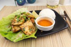 Maiia Thai es uno de los máximos exponentes de la calidad de la cocina thailandesa en Madrid. Podrás disfrutar de gran variedad de platos elaborados con los mejores ingredientes. Deliciosos currys, wok, arroces, sopas, tempura...De pato, ternera, pollo, elige lo que más te apetezca y Resto-in te lo lleva a domicilio!