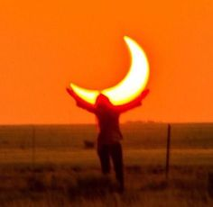 Holding the orange moon, aesthetic orange sky picture Orange Aesthetic, Rainbow Aesthetic, Aesthetic Colors, Aesthetic Photo, Aesthetic Pictures, Sun Aesthetic, Orange You Glad, Orange Is The New, Ernst Hemingway