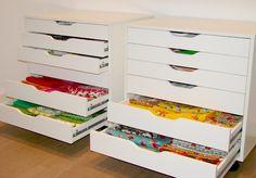 IKEA ALEX kast voor opbergen, handig voor grote vellen papier.