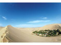 <b>悲しき人魚が誘う砂漠のオアシス<br> ペルー ワカチナ Huacachina</b><br>   砂の山に囲まれた湖、湖のまわりには人口100人あまりが暮らす小さな村ワカチナがあります。ワカチナは、ペルー南西部のリゾート地として知られています。湖を一周するのに、大人の足で30分かかりません。ワカチナには古くから人魚伝説が伝えられてきました。土地の美しい姫が水たまりで水浴びをしていたところ、ハンターにのぞかれてしまいました。驚いた姫は、水たまりを湖に変え、恥ずかしさのあまり消えてしまいます。彼女が消える際に残されたマントのしわが、周囲の砂丘になった。彼女は今も人魚となって湖に住んでいるといわれます。幻想的な風景は多くの芸術家を刺激し、パウリョ・コエーリョのベストセラー小説『アルケミスト』の砂漠をさまよった少年がたどり着いたオアシスのモデルともいわれています。「ペルーのルルド(フランスの奇跡の泉)」とも呼ばれ、ペルー通貨の50ソーレス札にはワカチナの風景が描かれています。