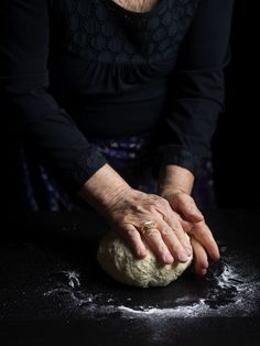 Ζυμωτό ψωμί | ΑΛΜΥΡΕΣ ΣΥΝΤΑΓΕΣ | Call the Cook Bread, Homemade, Hen House, Recipes, Girly, Food, Art, Hands, Chicken Pen