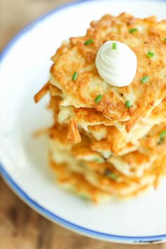 Easy Potato Pancakes - Wonderfully crisp, tender, and just melt-in-your mouth amazing. Can be served as an appetizer, side dish or even a light main dish! Recipe from Damn Delicious Dessert Simple, Sin Gluten, Brunch Recipes, Breakfast Recipes, Breakfast Ideas, Dessert Recipes, Dinner Recipes, Pancake Recipes, Dinner Ideas