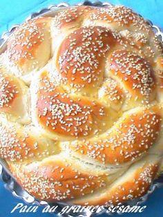 Un pain chaud fait maison c'est ce que j'aime le plus, alors j'ai décidé de partager avec vous cette recette facile et qui ne demande pas beaucoup de pétrissage car moi non plus j'aime pas trop pétrir et le resultat est magnifique. Ingrédients - 480 g...
