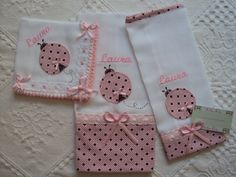 fraldinhas de boca | Evellyn baby | Elo7 Baby Applique, Embroidery Applique, Machine Embroidery, Applique Designs, Embroidery Designs, Cat Quilt Patterns, Baby Kit, Baby Burp Cloths, Baby Pillows