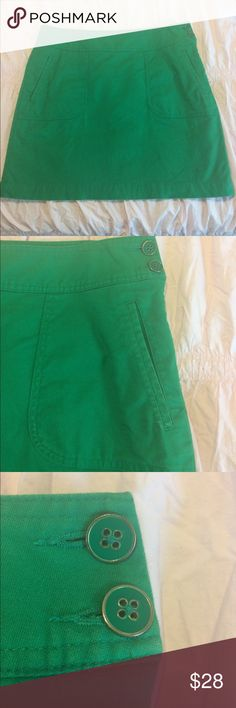 Banana Republic Kelly Green Skirt Kelly green lined skirt with green and gold buttons and side zip closure. Very soft and comfortable. Gently used.  96% cotton and 3% spandex. Lining is 100% Polyester. Banana Republic Skirts