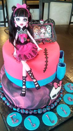 This could be the cake for the girls this year! Monster High Draculaura