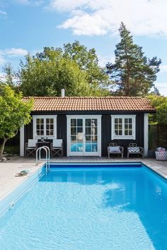 The Ideal Home for You, Based on Your Zodiac Sign @ Jessica SullivanJessica SullivanThe Ideal Home for You, Based on Your Zodiac Sign Outdoor Spaces, Outdoor Living, Outdoor Decor, Porches, Swimming Pools Drank, Swimming Pool Designs, Pool Decks, Cool Pools, Pool Houses