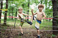 Kun jij je evenwicht bewaren als je door een wir war van elastiek en touwen moet klimmen?