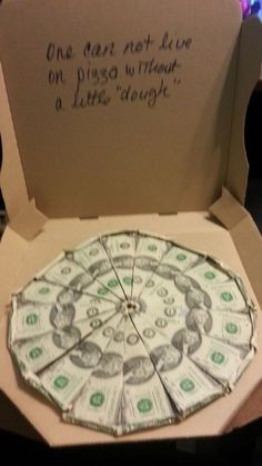 Last Minute DIY Christmas Gifts You Can Make in No Time – Pizza Money Gift - Made with dollar bills and an empty pizza box inch slices Cost cash Box free No gift card - Dollar Bill Origami, Money Origami, Dollar Bills, Dollar Bill Cake, Creative Money Gifts, Cool Gifts, Diy Gifts, Diy Gift Cards, Gift Card Tree