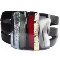 Zwarte wikkelarmband van leer met zilver-grijs-rode glazen cabochon.
