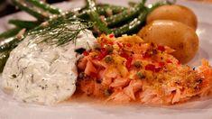 Laxen är kryddig och serveras med en fräsch gurksås som också passar till rökt eller gravad lax.