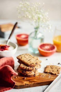 J'ai tenté une recette de Belvita maison. Qu'est-ce que j'ai pu en manger de ces biscuits ! Les Belvita maison rivalisent haut la main ceux du commerce, vous allez vous ré-ga-ler ! Biscuits, Biscotti Cookies, Food Inspiration, Muffins, Deserts, Vegan, Breakfast, Healthy, Commerce