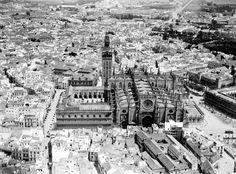 Génova (@genovacafebar) | Twitter Vista aérea, en la zona central la collación del Sagrario, si amplían la imagen en el margen superior aparecerá la Monumental #Sevillayer  Paisajes Históricos y a Twitstoria de España