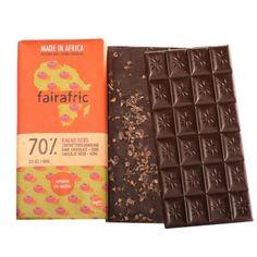 Die nachhaltige und faire Schokolade von fairafric wird komplett in Ghana produziert. Alle Sorten kannst du bei uns online oder im Berliner Laden kaufen. Jetzt Kakao Nibs Zartbitter-Schokolade (70%) hier bestellen! K Om, Ghana, Neutral, Africa, Monat, Chocolate, How To Make, Black People, Fair Trade Chocolate