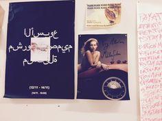vorm: Hoe wordt de poster opgehangen? : met plakband, duimspijkers, behangerslijm, …