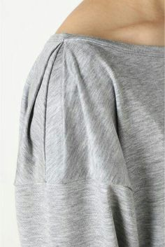 Плечо с интересным «защипом» под обтачкой. Так можно  необычно изменить размер и вырез большой вам футболки!