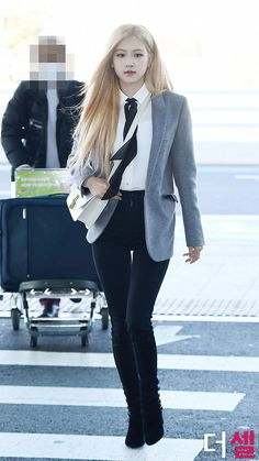 Rosé from Blackpink on the airport Airport Look, Airport Style, Airport Fashion, Fashion Tag, Daily Fashion, South Korean Girls, Korean Girl Groups, Rapper, Instagram Roses