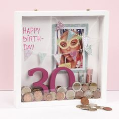 Give money as a gift in decorated frame DIY manual- Geld cadeau geven in gedecoreerde lijst Creative Money Gifts, Cool Gifts, Presents For Kids, Gifts For Boys, Photo 3d, Diy Gifts To Sell, Happy B Day, Diy Frame, Birthday Presents
