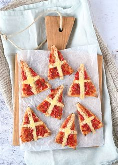 Mini mijter pizza's (Laura's Bakery) Party Snacks, Appetizers For Party, Thema Deco, Diner Party, Diner Recipes, Baking With Kids, High Tea, Food Art, Kids Meals