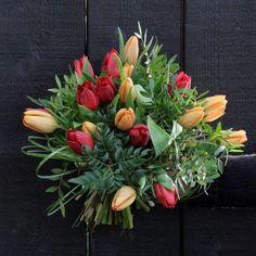 Leikkokimppu - kukkakimppu tulppaani  #flör Tulips, Flower Arrangements, Floral Wreath, Vase, Wreaths, Patterns, Flowers, Plants, Home Decor