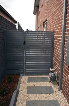 Side Aluminium Gate House Front Gate, Front Gates, Front Yard Fence, Entry Gates, Fenced In Yard, Best Exterior House Paint, Metal Garden Gates, Aluminium Gates, Wooden Gates