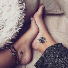 22 tiny foot tattoos that will make you want to wear sandals all year round Tattoo foot tattoos Hand Tattoos, Diskrete Tattoos, Lotusblume Tattoo, Tiny Foot Tattoos, Foot Tattoos For Women, Tattoo Hals, Trendy Tattoos, Finger Tattoos, Girl Tattoos
