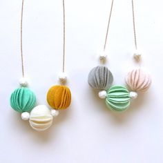 Etsy の Kuru Maru Felt Ball Necklace by HOMAKO