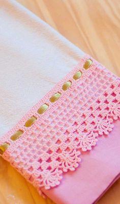 Complemente o barradinho de crochê do pano de prato com fita de cetim – Harika Örgü Modelleri, Tığ Modelleri Crochet Edging Patterns, Crochet Lace Edging, Crochet Borders, Crochet Designs, Crochet Doilies, Crochet Towel, Knit Or Crochet, Baby Blanket Crochet, Crochet Baby