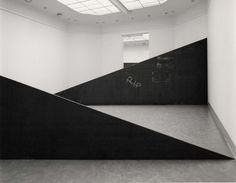 """SIAMESE 1988: rip. Richard Serra (San Fco, 2 11 1939) escultor post minimalista (tendencia de arte procesual) conocido x trabajar con grandes piezas de acero corten. Obtuvo el Premio Príncipe de Asturias 2010. A finales de los 60, las series Prop o Belts, la muestra Live Animal Habitat, muestran la rebeldía y originalidad de su autor, pero todavía a escala pequeña. """"Lo importante de esos 1ros tiempos"""", decía, era el proceso creativo, no el rtdo final."""