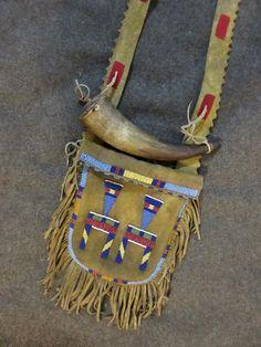 Shooting bag, horn pulled up to show beadwork / Mark miller Native American Clothing, Native American Artifacts, Native American Beadwork, Native American Tribes, Native Americans, Order Of The Arrow, Shooting Bags, Flintlock Rifle, Indian Beadwork